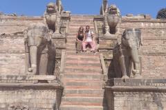 Como-dar-la-vuelta-al-mundo-escaleras-templo-bhaktapur