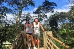 como-dar-la-vuelta-al-mundo-bohol-puente-bambu-iñigo-marta-min-768x1024