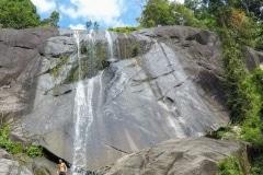 2.como-dar-la-vuelta-al-mundo-langkawi-cascada-min-977x1024