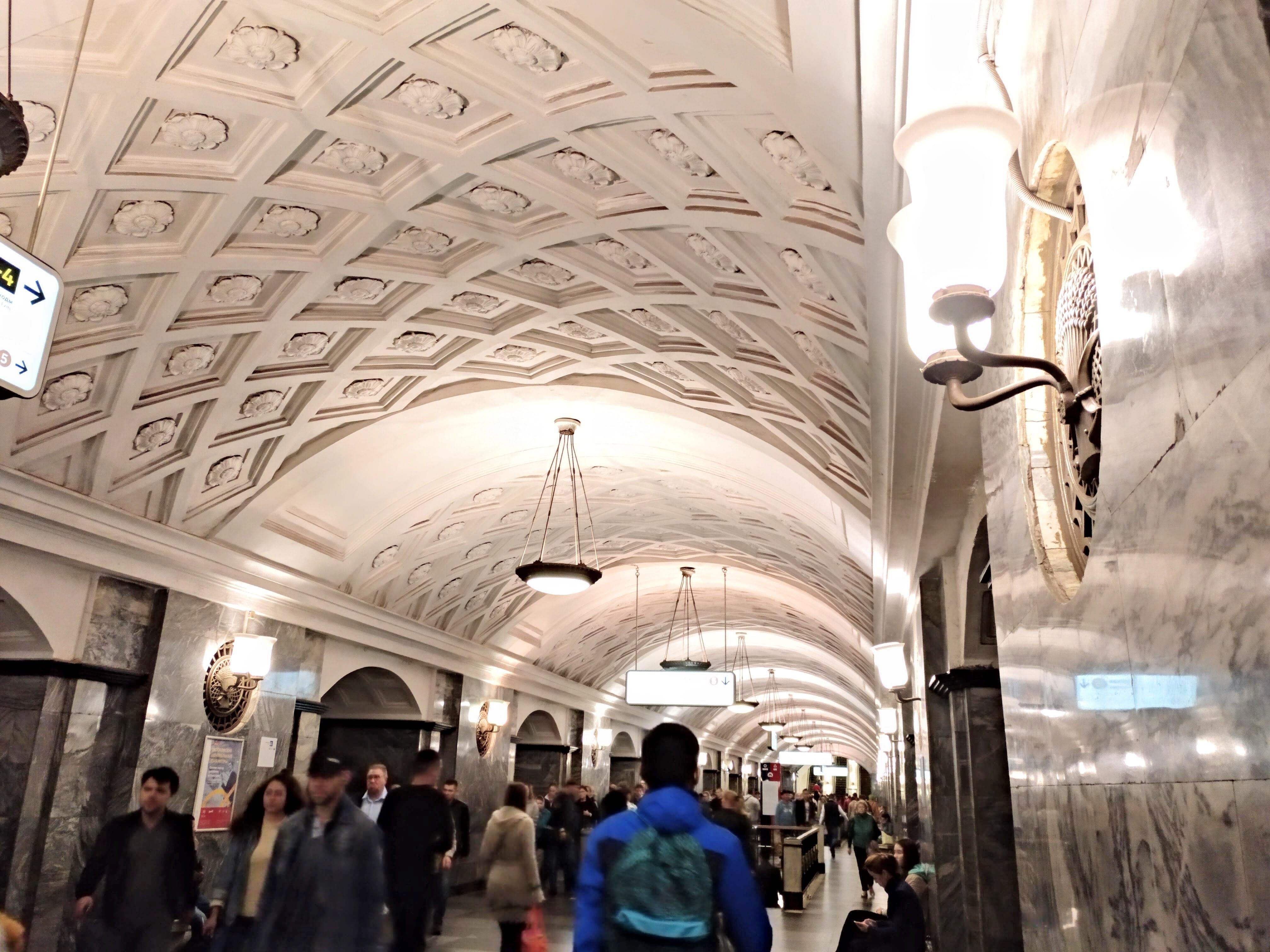 como-dar-la-vuelta-al-mundo-metro-moscu-techos
