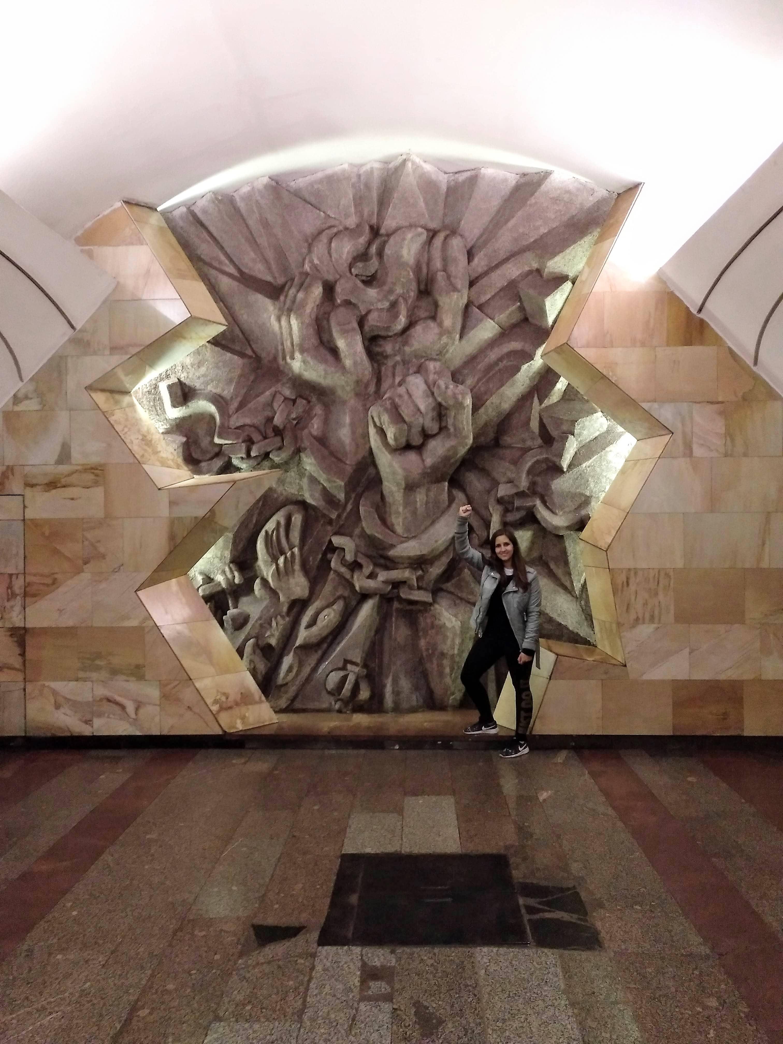 como-dar-la-vuelta-al-mundo-metro-moscu-escultura