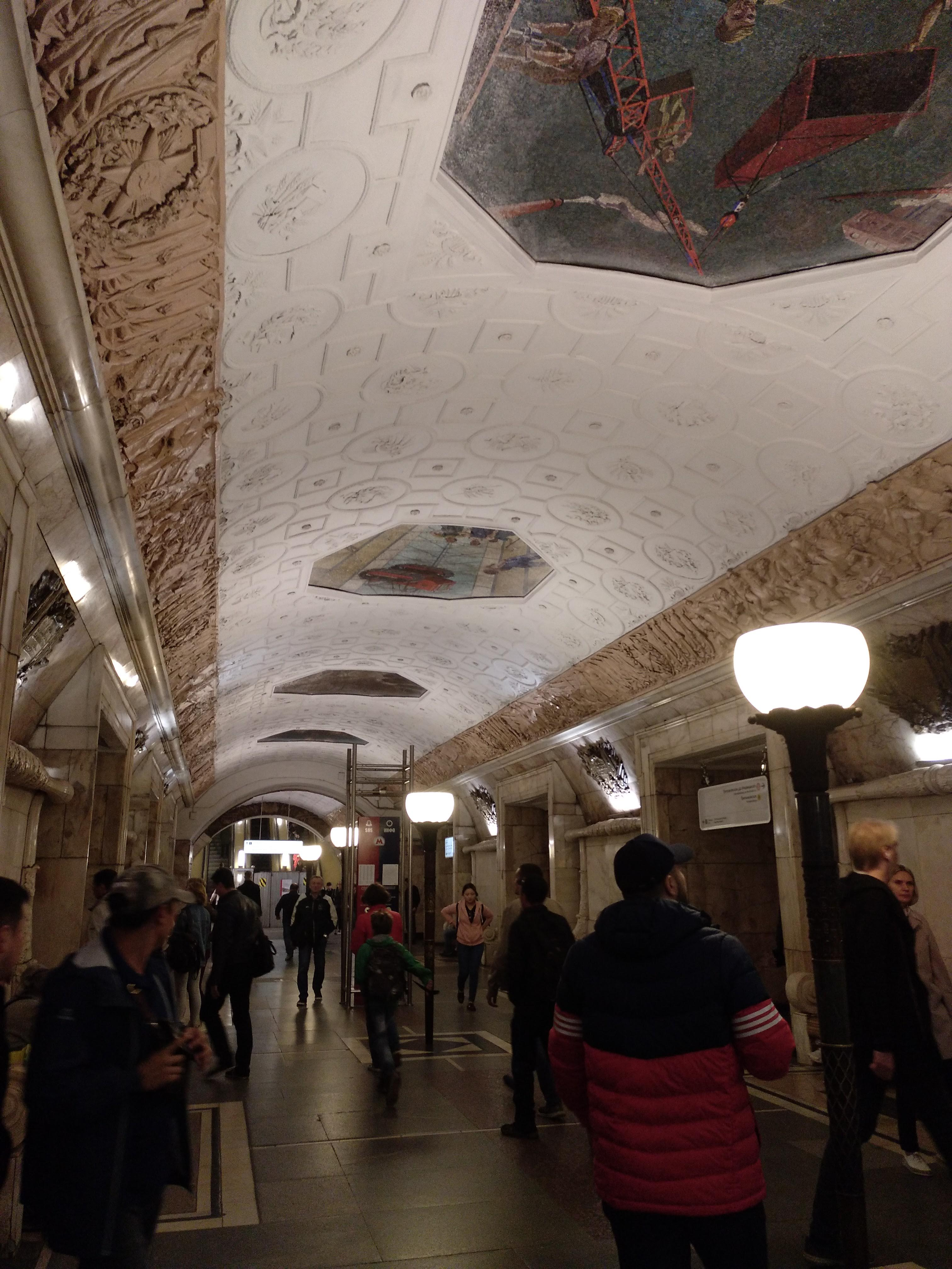 como-dar-la-vuelta-al-mundo-metro-moscu-pasillo