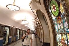 como-dar-la-vuelta-al-mundo-metro-moscu-vidriera