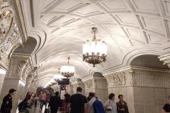 como-dar-la-vuelta-al-mundo-metro-moscu-lampara