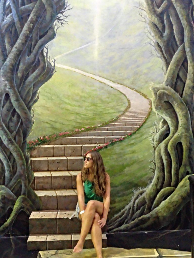 como-dar-la-vuelta-al-mundo-langkawi-3d-escalera-min