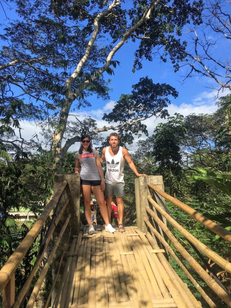 como-dar-la-vuelta-al-mundo-bohol-puente-bambu-iñigo-marta-min