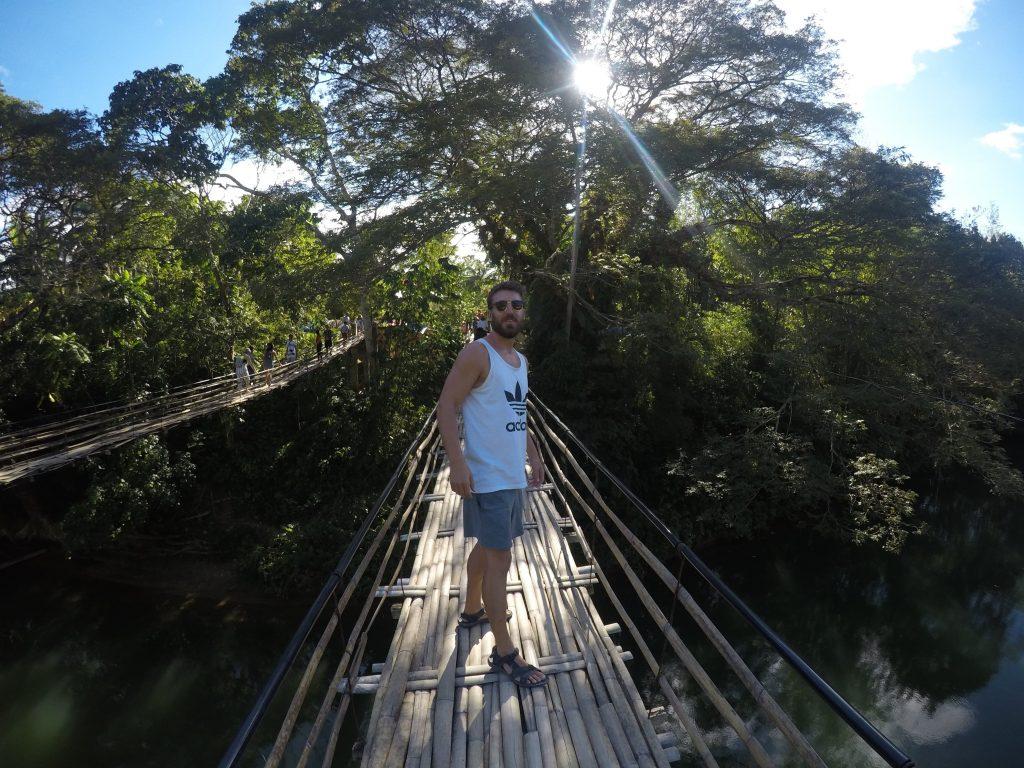 como-dar-la-vuelta-al-mundo-bohol-puente-bambu-min